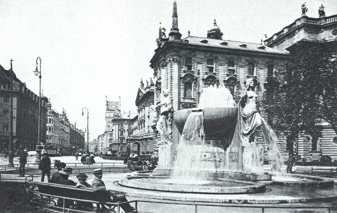 Karlsplatz mit Nornenbrunnen