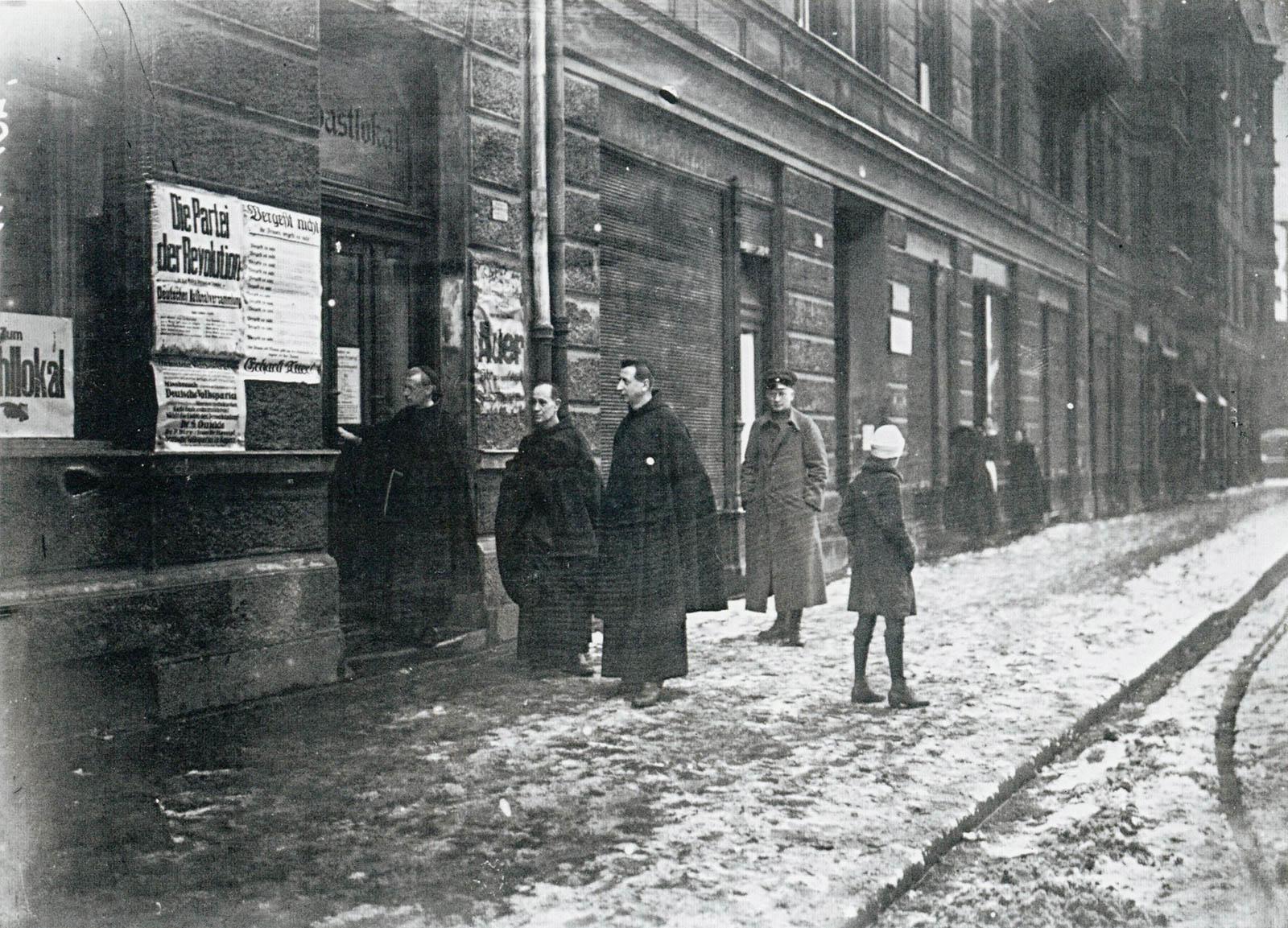 Katholische Ordensleute vor einem Wahllokal